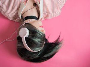 ヘッドフォンをつけて眠る女性