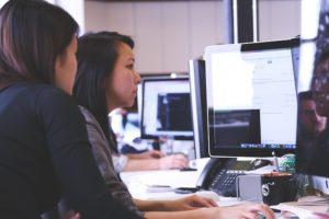 パソコンで仕事をする女性二人