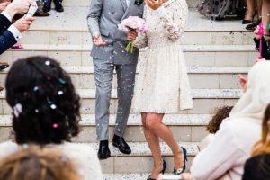 結婚式で祝福される新婚夫婦