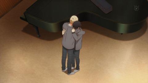 抱きしめ合う秋彦と雨月