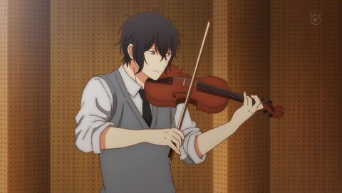 バイオリンを弾く雨月