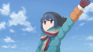 冬のキャンプ場で手を振る志摩リン