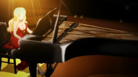 ピアノを弾くイリーナ