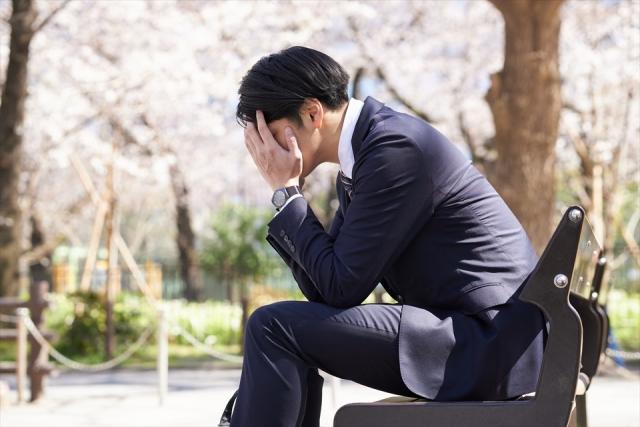 心配事で悩む日本人男性ビジネスマン