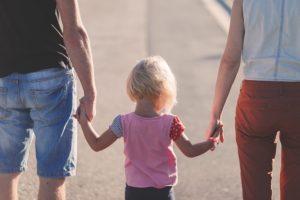 両親と手を繋ぐ子供