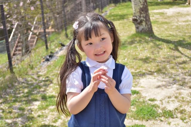 桜を持つ女の子