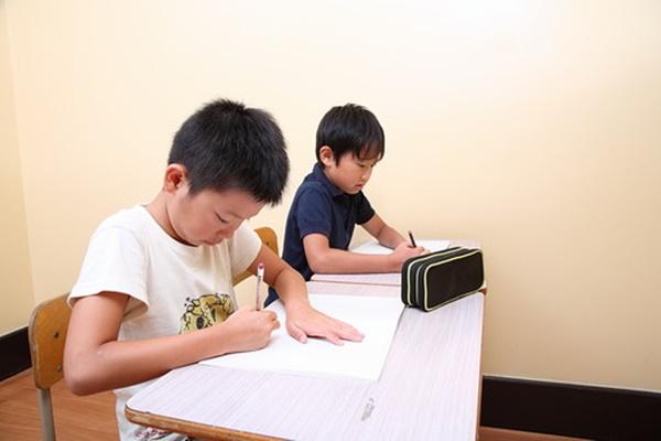 勉強をする兄弟