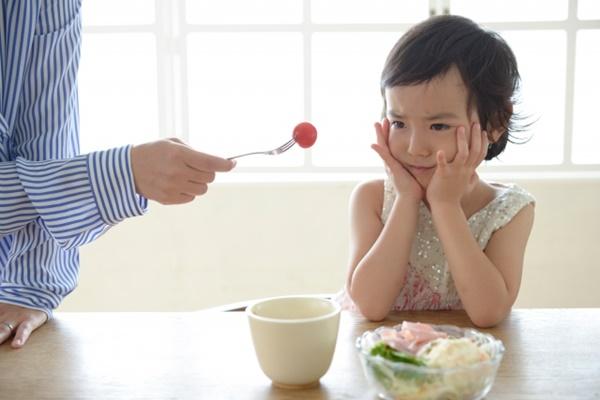 食べ物の好き嫌いをする子供